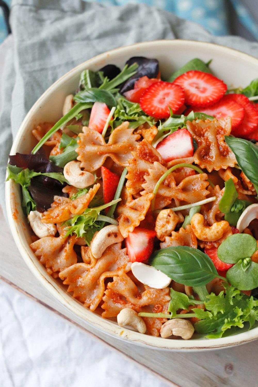 Bunter Sommersalat mit Erdbeeren. Schneller Grillsalat mit Nudeln und Pesto. Rezept ausprobieren.