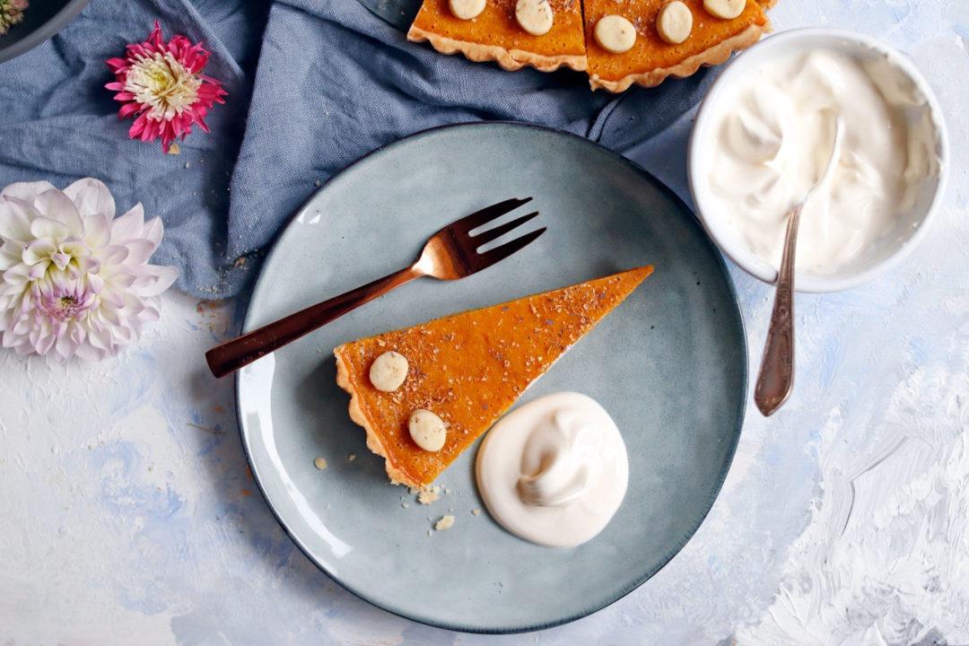 Zimtiger Kürbiskuchen für den Herbst. Rezept Pumkin Pie saftiger Kürbiskuchen mit Zimt und Mürbteig. Der perfekte Kürbiskuchen für die Kürbissaison. #kürbiskuchen #kürbisrezept #pie