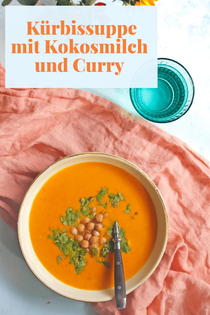 Rezept für eine Kürbissuppe mit Kokosmilch und Curry. Einfaches Rezept für vegane Kürbissuppe gepimpt mit Kichererbsen. #kürbissuppe #kürbisrezept #kokosmilch #vegan