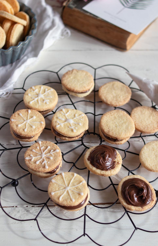 Einfache Nuss-Nougat-Plätzchen backen. Diese einfachen Weihnachtsplätzchen sind die perfekten Ausstecher und du kannst sie einfach mit Schokocreme oder Nuss-Nougatcreme füllen. So lecker! #weihnachtsplätzchen #plätzchen #schokokekse