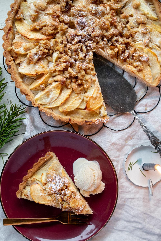 Rezept Apfeltarte mit Walnüssen. Leckerer saftiger Apfelkuchen mit Zimt und Walnüssen. #apfelkuchen #apfeltarte #tarterezept