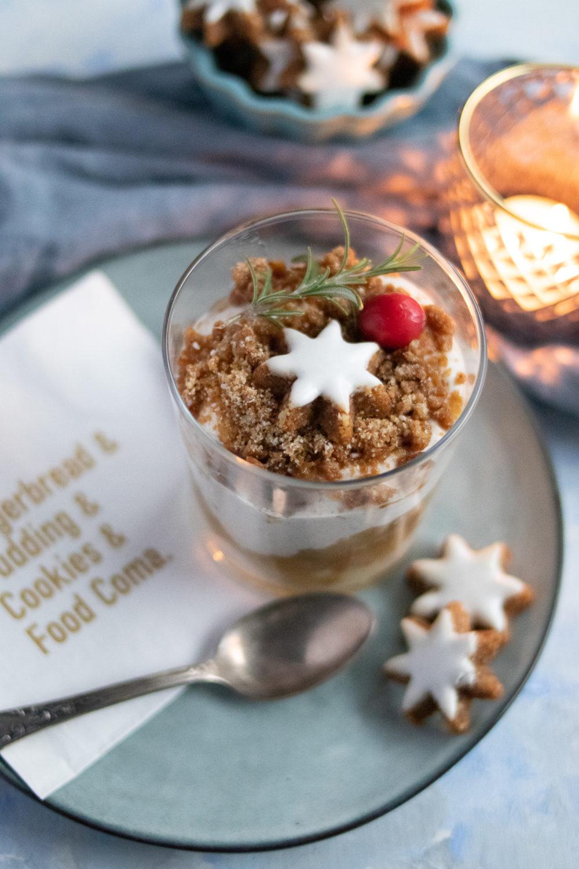 Einfaches Weihnachtsdessert im Glas. Weihnachtsdessert mit Quark-Sahne-Creme, Apfel, Zimt und Keksen