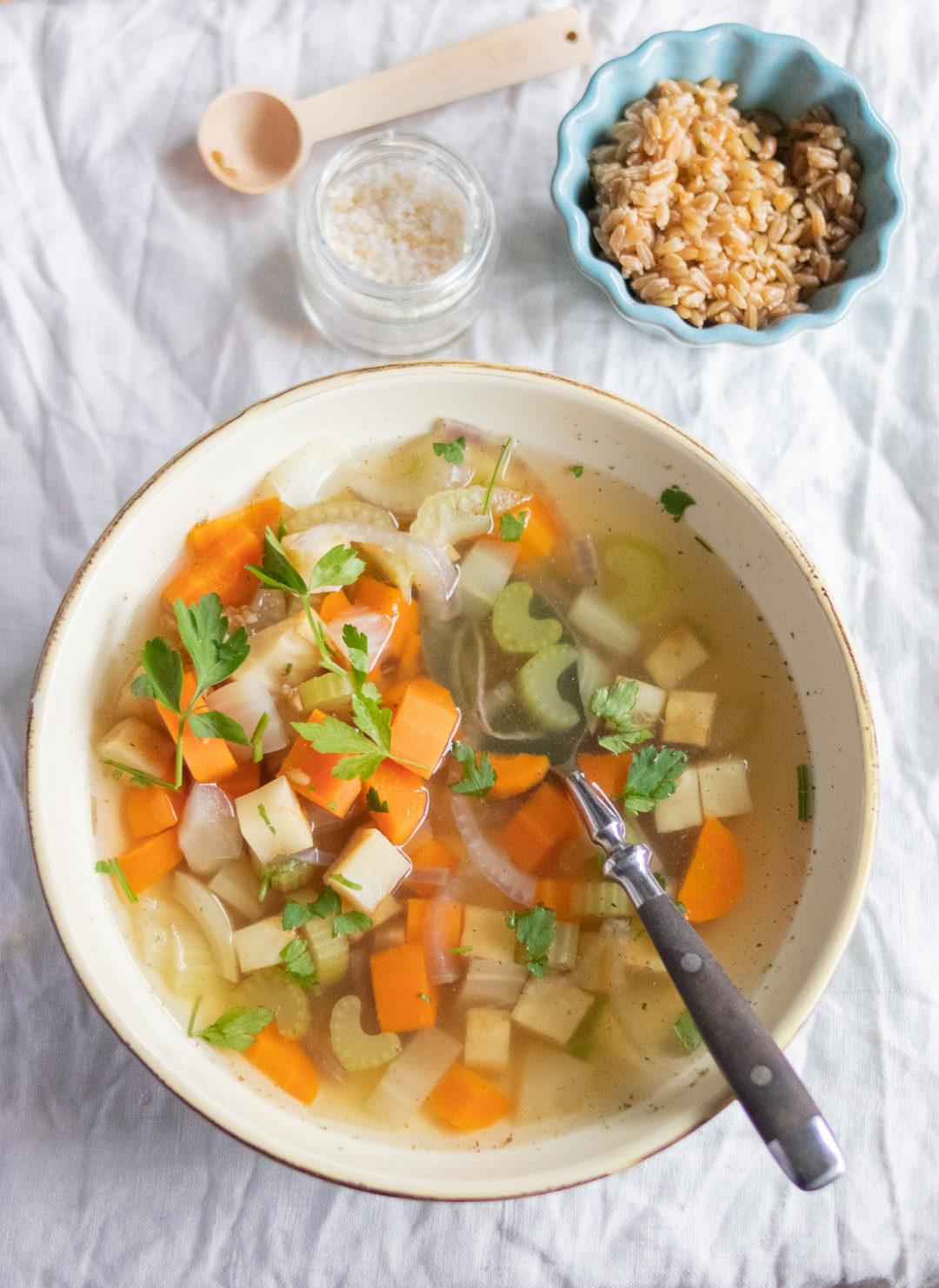 Rezept für eine schnelle und einfache vegetarische Gemüsesuppe. Mit Tipps, wie du eine Suppe ganz einfach selber kochst. #suppe #gesund #vegetarisch #gemüsesuppe #grünkern