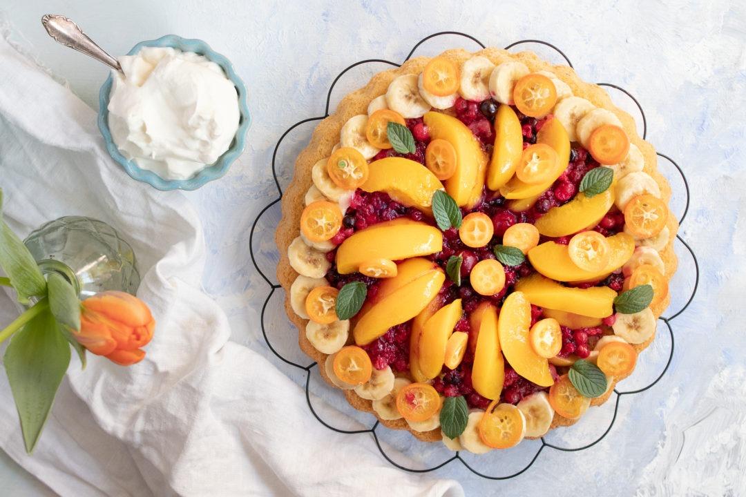 Obstkuchen backen: einfacher und schneller Obstkuchen mit Biskuitboden und Früchten deiner Wahl.