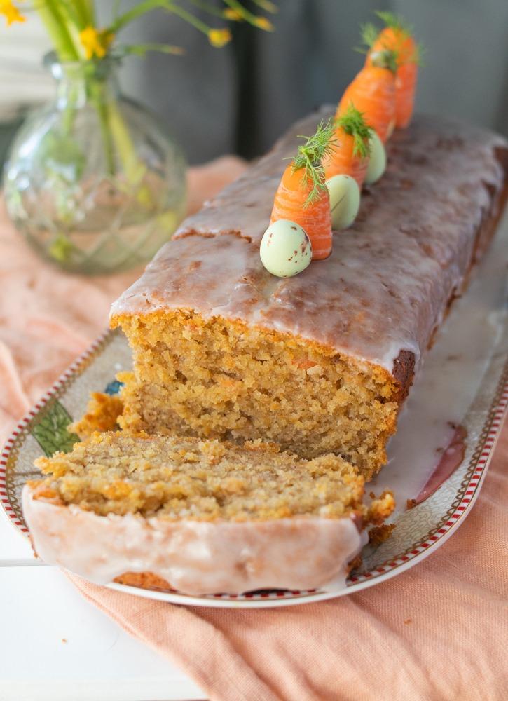 Saftiger Karottenkuchen aus der Kastenform. Karottenkuchen mit Zimt und Zuckerguss.