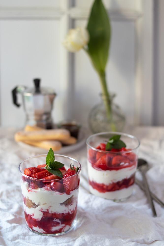 Dessert im Glas Rezept. Erdbeertiramisu im Glas geschichtet.