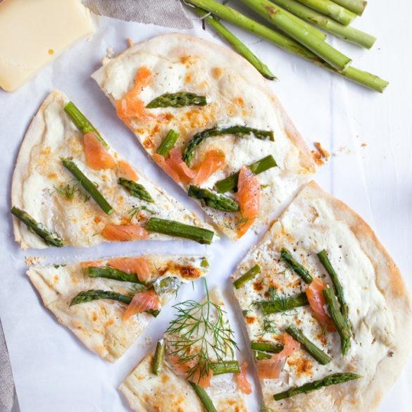Flammkuchen mit Lachs und grünem Spargel belegt. Einfaches Rezept