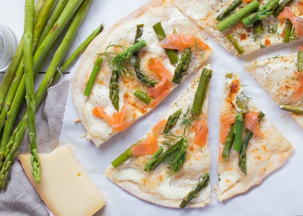 Rezept mit grünem Spargel. Flammkuchen mit Lachs und grünem Spargel. Jetzt ausprobieren.