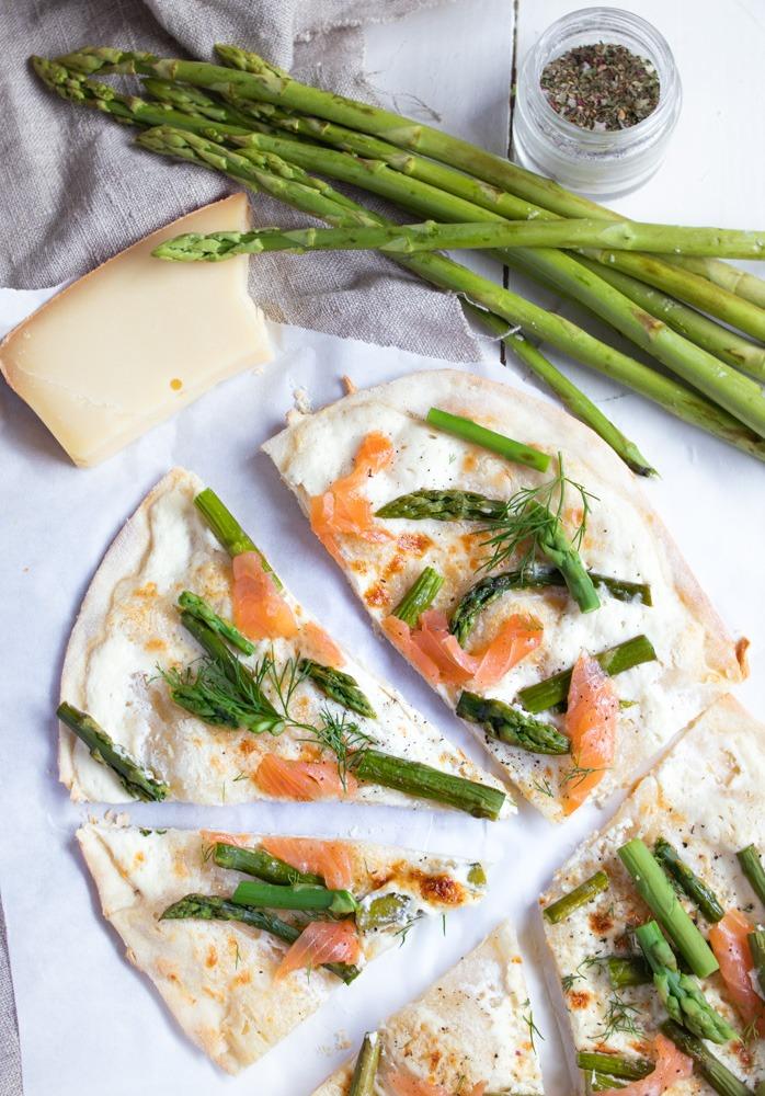 Rezept Flammkuchen mit Lachs und grünem Spargel. Einfaches Flammkuchenrezept mit Spargel. So lecker und easy gemacht.