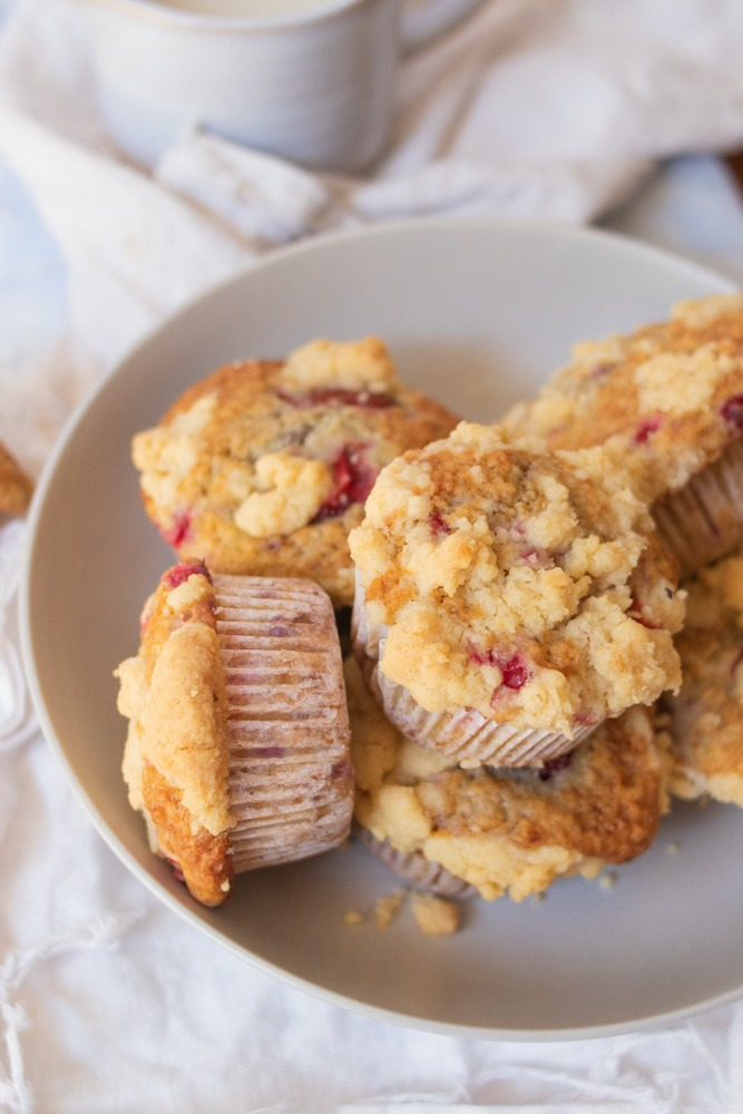 Saftige Muffins mit Beeren und Streuseln.
