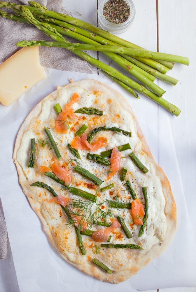 Flammkuchen mit Lachs und grünem Spargel und Käse.