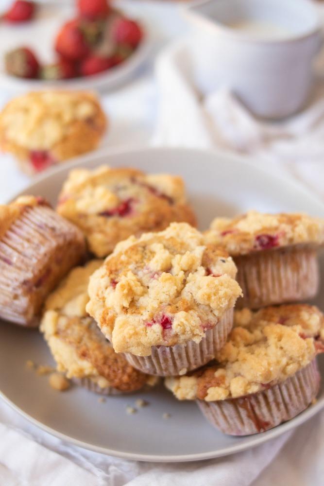 Saftige einfache Beerenmuffins mit Streuseln. Einfaches Rezept für Muffins mit Beeren.