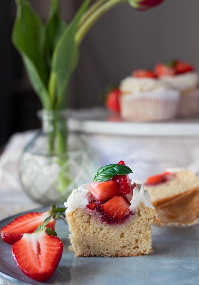 Erdbeer Cupcakes mit Mascarpone Vanille Frosting und Erdbeerfüllung
