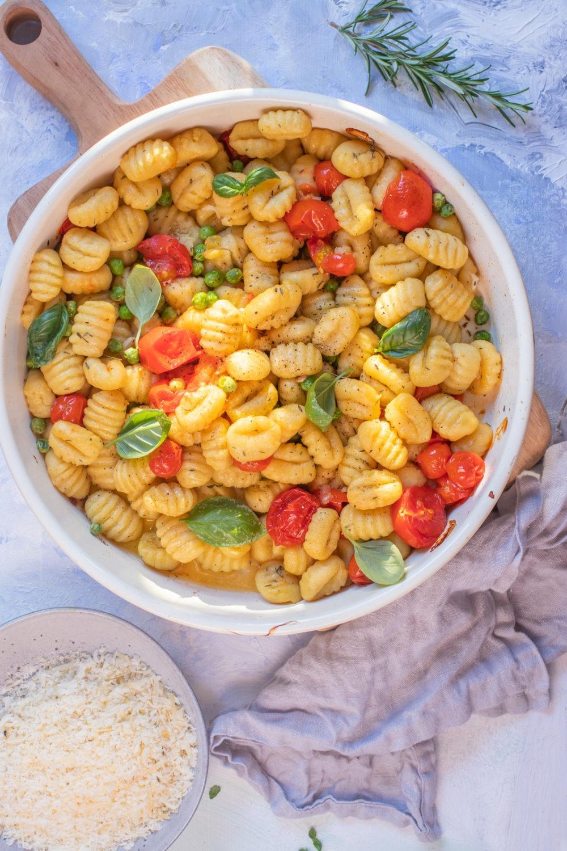 Rezept für Pasta mit Gnocchi und Tomaten. Schnelles Nudelrezept Gnochi aus dem Ofen. Vegetarisches Rezept.