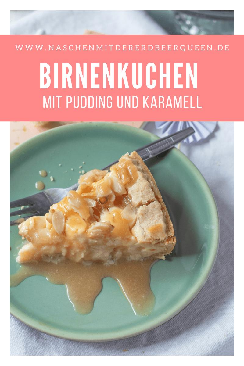 Rezept für saftigen Birnenkuchen mit Pudding aus Schmand, Quark und Puffingpulver. Mit Karamell und Mandeln.