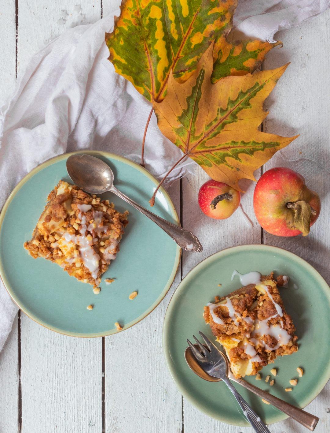 Apfelkuchen mit Streuseln vom Blech einfaches Rezept. Apfelkuchenstücke super saftig.