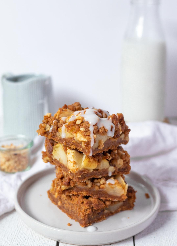 Apfelkuchen mit Streuseln vom Blech einfaches Rezept. Streusel als Boden und als Streusel.