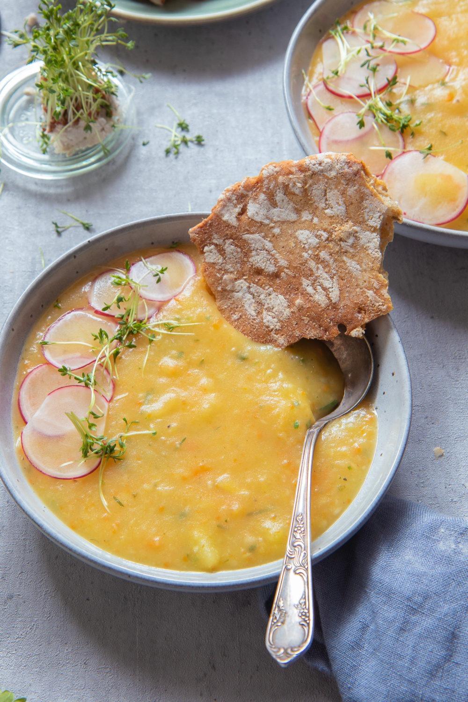 Einfache Kartoffelsuppe kochen. Grundrezept für Kartoffelsuppe vegan oder vegetarisch.