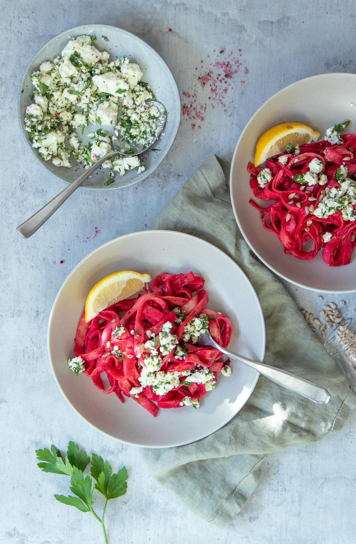 Rote Bete Nudeln mit Schafskäse. Rote Bete Rezept mit gekochter oder frischer Rote Bete
