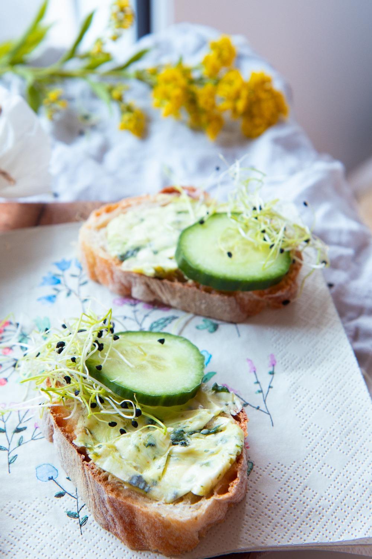Selbst gemachte Bärlauchbutter perfekt auf dem Brot mit Gurke. Bärlauchbutter einfach selber machen.