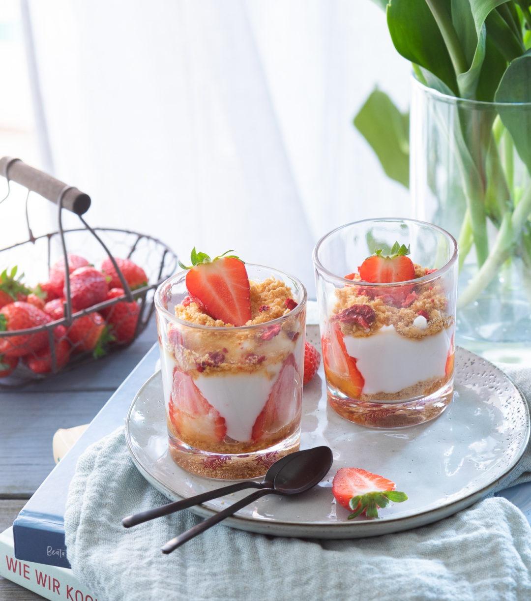 Einfaches Erdbeerdessert im Glas mit Joghurt und Keksen