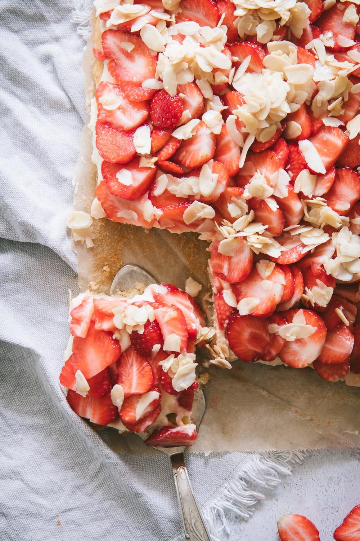 Einfacher Erdbeerkuchen vom Blech mit Schmand-Pudding-Creme und Mandelplättchen. Der beste Erdbeerkuchen vom Blech.